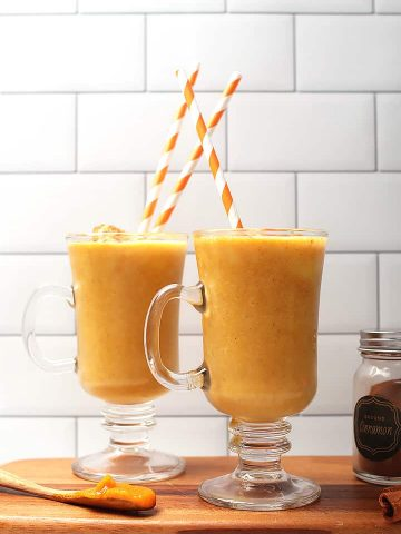 Two pumpkin pie smoothies in mugs