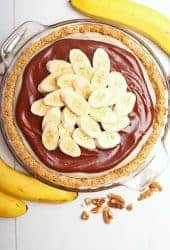 Banana Cream Pie with sliced bananas
