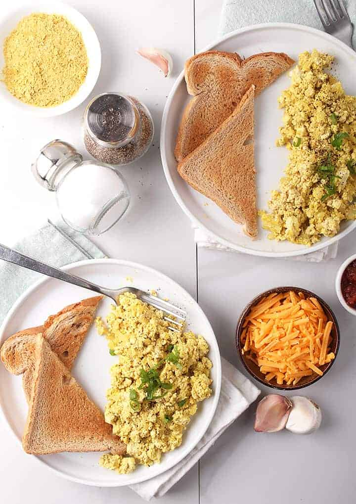 Vegan scrambled eggs with toast